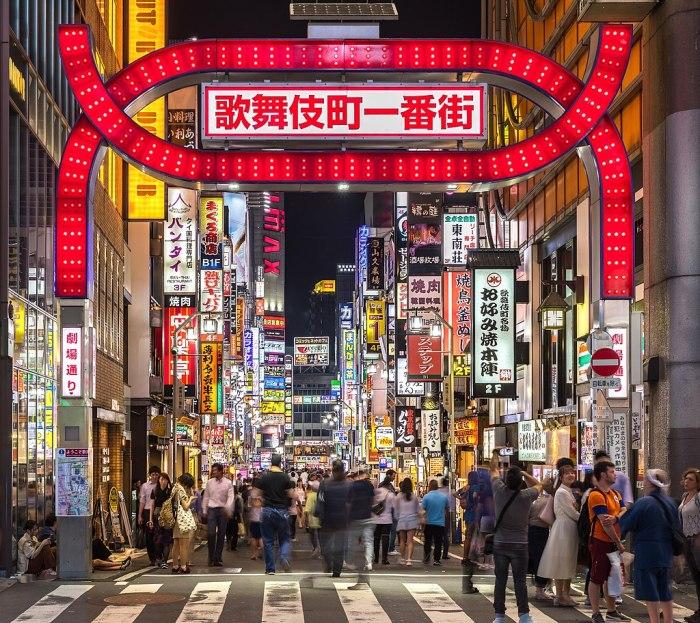 1024px-Kabukicho_red_gate_and_colorful_neon_street_signs_at_night,_Shinjuku,_Tokyo,_Japan