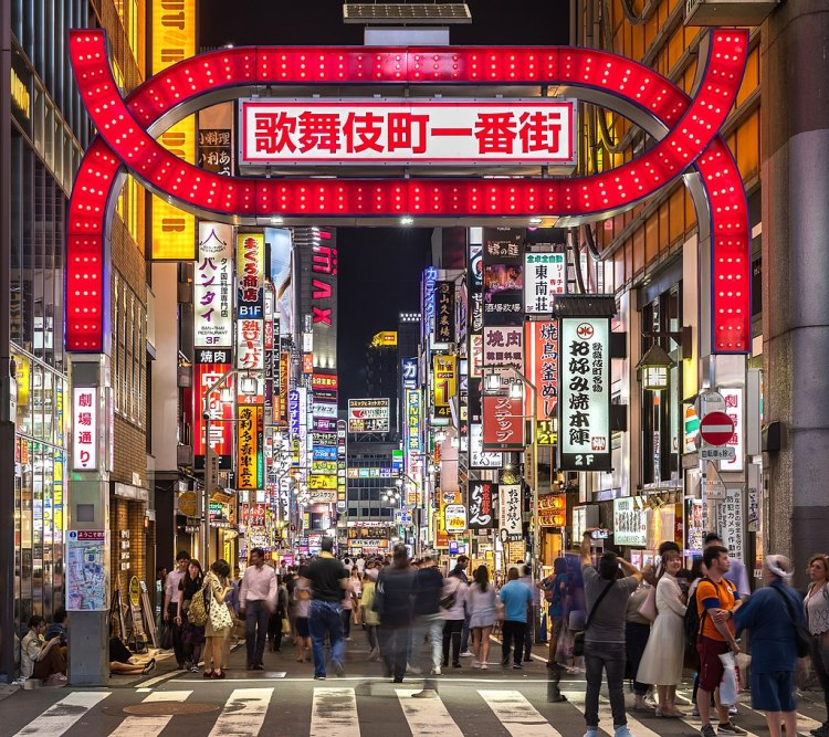 1024px-Kabukicho_red_gate_and_colorful_neon_street_signs_at_night,_Shinjuku,_Tokyo,_Japan